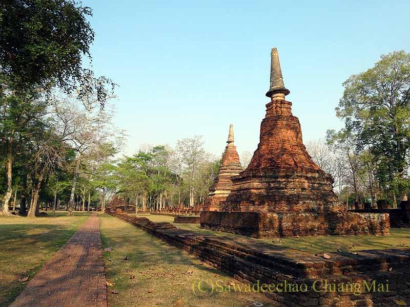 タイのカムペーンペット歴史公園遺跡群のワットプラタート概観