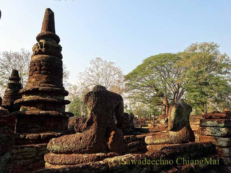 タイのカムペーンペット遺跡のワットプラケーオ本堂脇の小仏塔