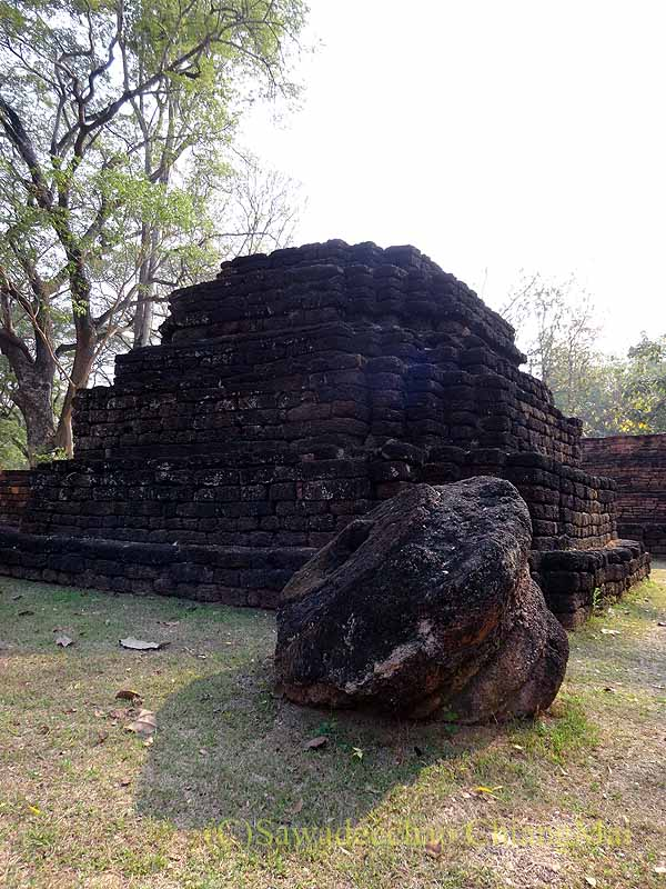 タイのカムペーンペット歴史公園遺跡群のワットプラタートの折れた仏塔