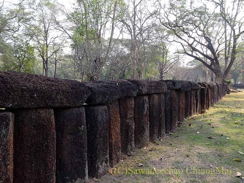 タイのカムペーンペット歴史公園遺跡群の城壁