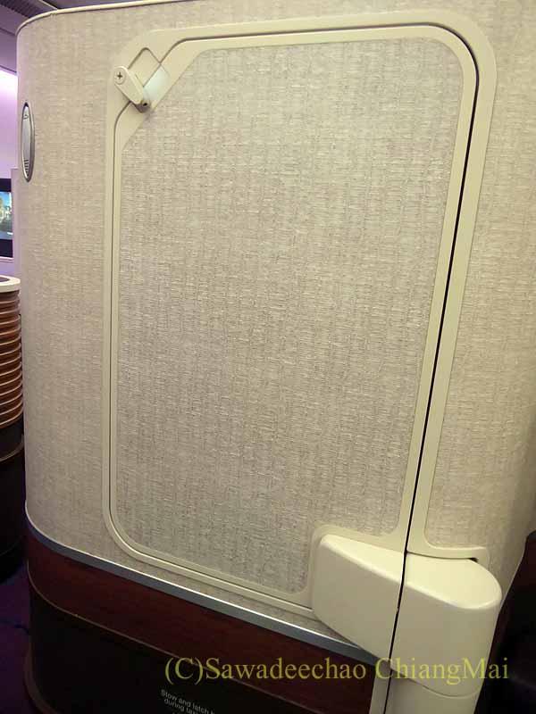 タイ国際航空TG121便のビジネスクラスのシートのテーブル