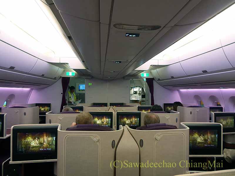 タイ国際航空TG121便のビジネスクラスのキャビン