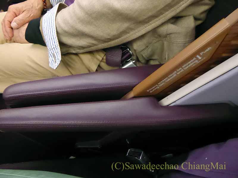タイ国際航空TG121便のビジネスクラスのシートの仕切り板