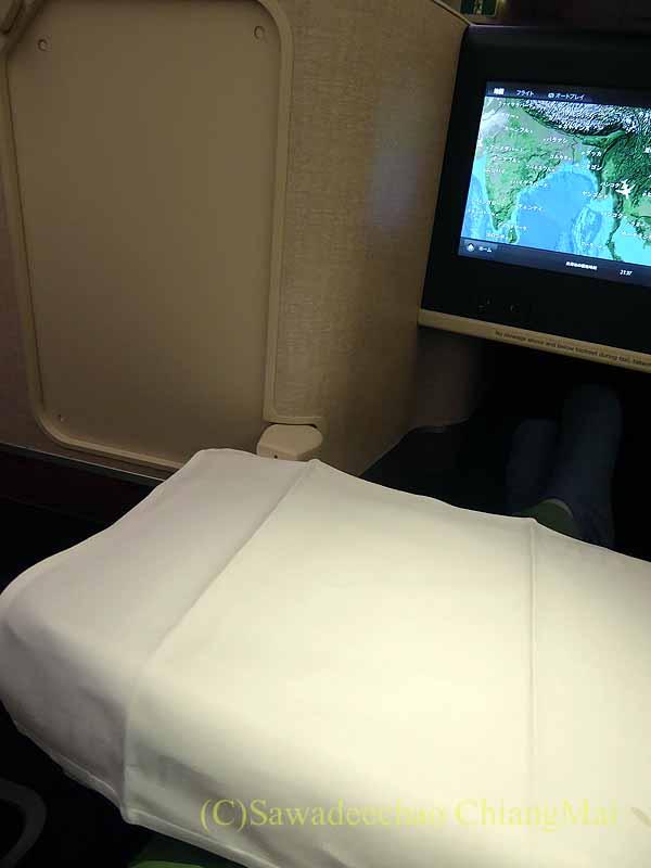タイ国際航空TG121便のビジネスクラスのテーブルセッティング
