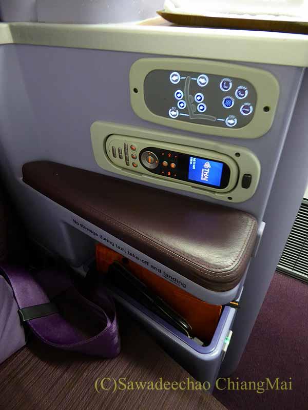 タイ国際航空TG642便のビジネスクラスのシートコントローラー