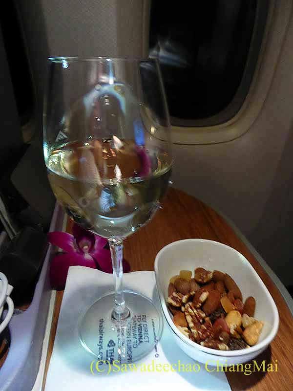 タイ国際航空TG642便のビジネスクラスで出たワインとおつまみ