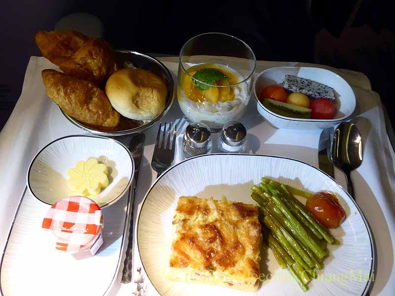 タイ国際航空TG642便のビジネスクラスで出た機内食全景