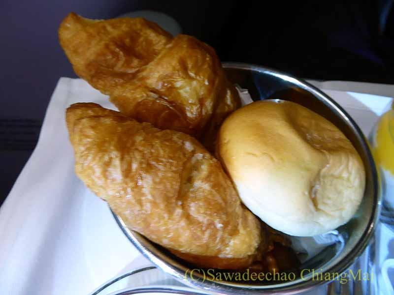 TG642便ビジネスクラスで出た機内食のパン