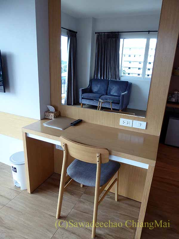 チェンマイ県ファーンのスリーピングツリーホテルの客室のデスク