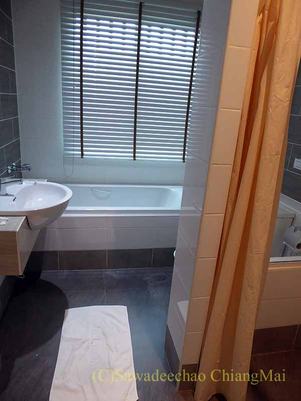 チェンマイ県ファーンのスリーピングツリーホテルのバスルーム概観