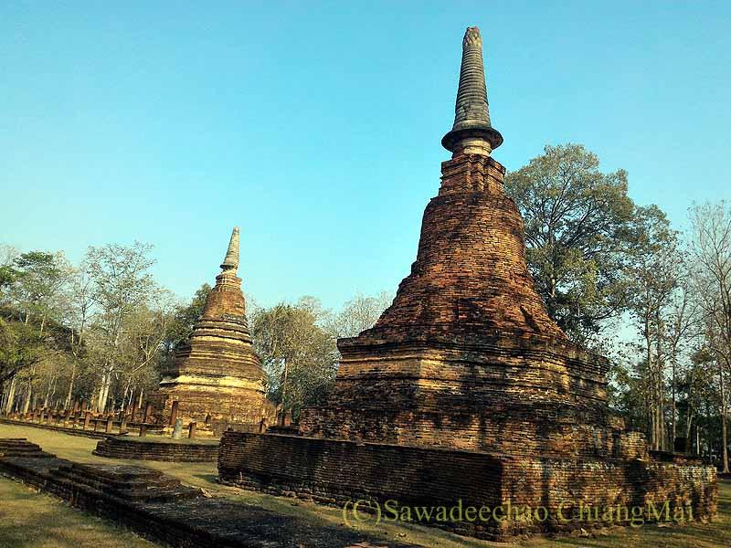 タイのカムペーンペット遺跡のワットプラケーオ本堂脇の仏塔
