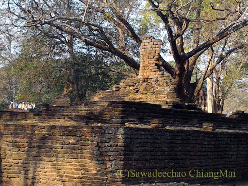 タイのカムペーンペット歴史公園遺跡群のワットプラタートの仏像