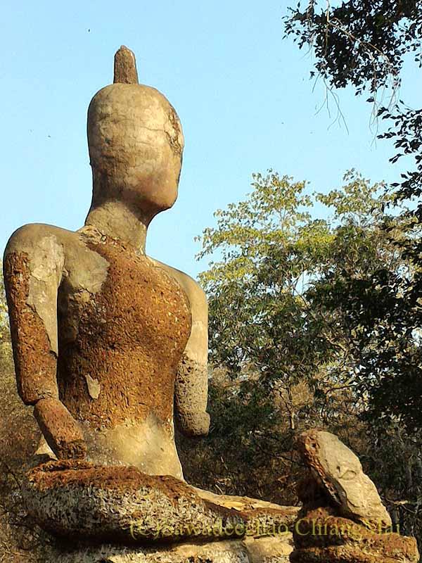 タイのカムペーンペット遺跡のワットプラケーオ本堂脇の仏像