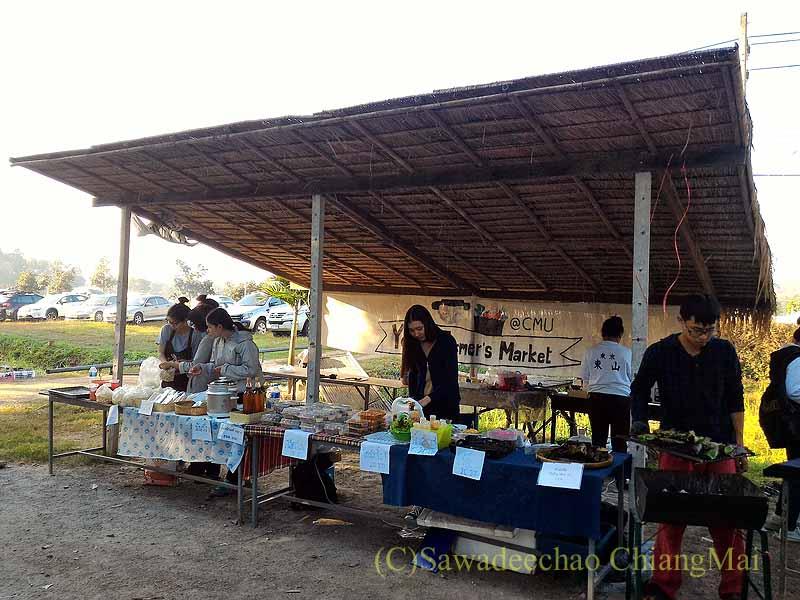 チェンマイ大学農学部の土曜安全食品定期市の学生の店