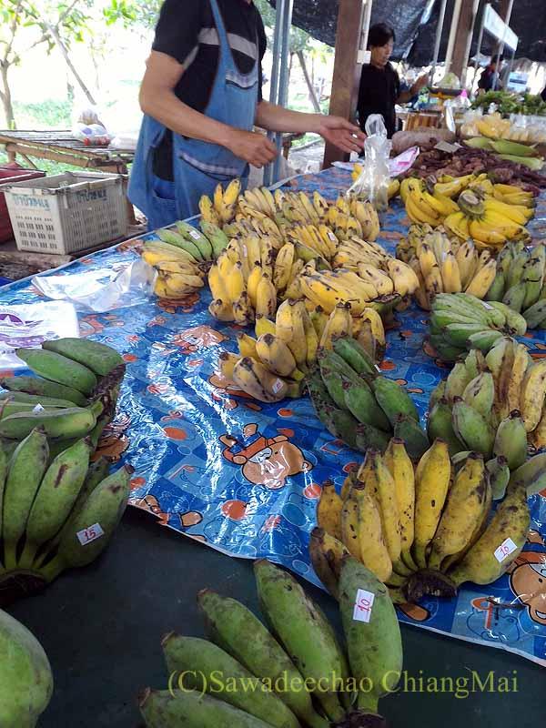 チェンマイ大学農学部の土曜安全食品定期市のバナナ屋
