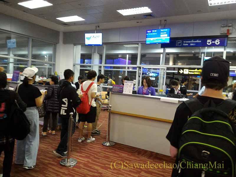 チェンマイ空港国際線ターミナルゲートの搭乗風景