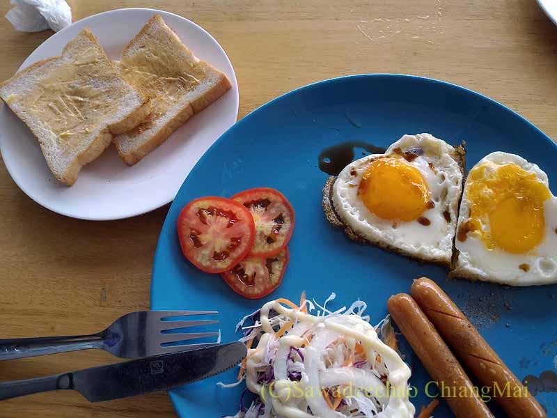 チェンマイ県ファーンのスリーピングツリーホテルの朝食