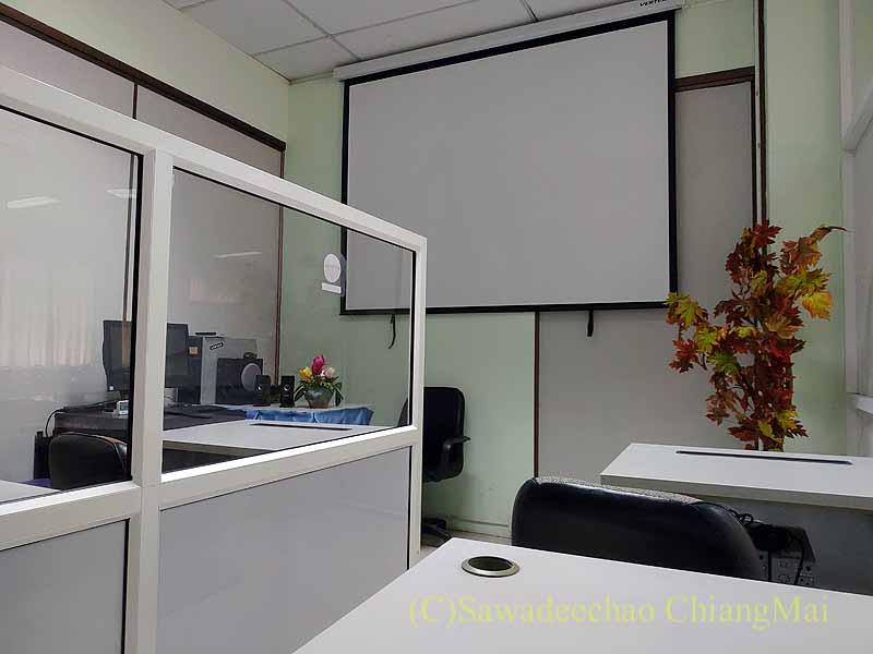 チェンマイの陸運局の免許更新時に教習ビデオを見る部屋
