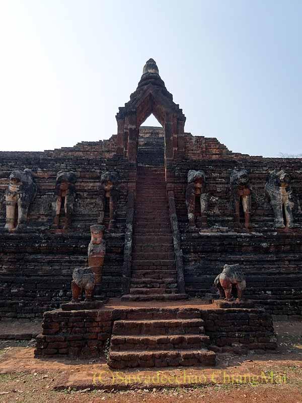 タイのカムペーンペット遺跡群のワットチャーンロームの階段
