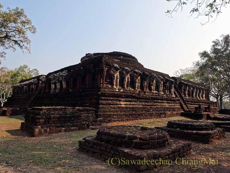 タイのカムペーンペット遺跡群のワットチャーンロームの仏塔
