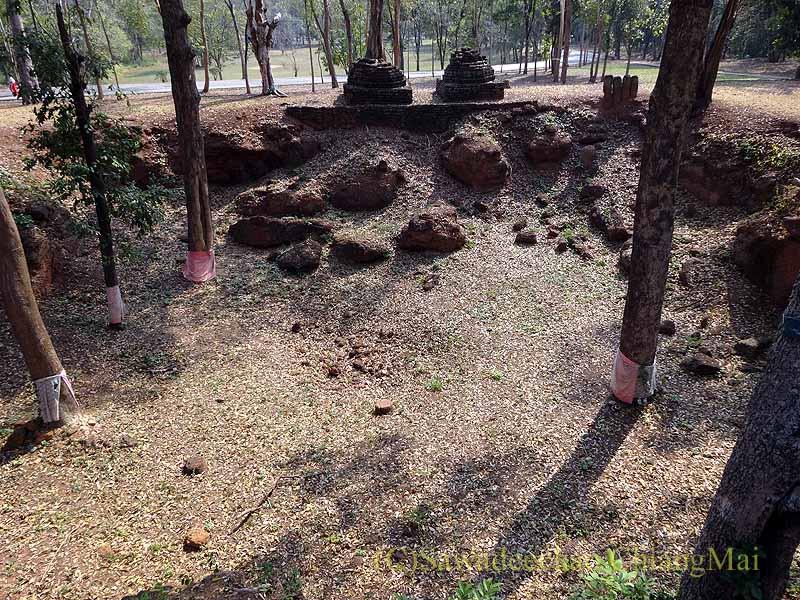 タイのカムペーンペット遺跡群のワットチャーンロームの池