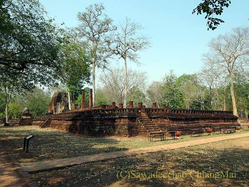 タイのカムペーンペット遺跡群のワットプラシーイリヤーボット概観