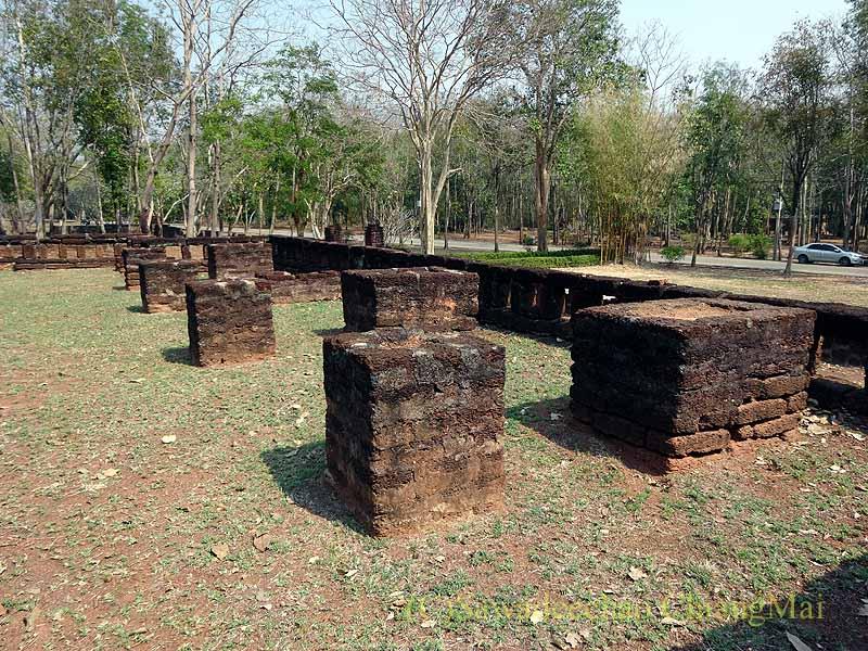 タイのカムペーンペット遺跡群のワットプラシーイリヤーボットの本堂の柱