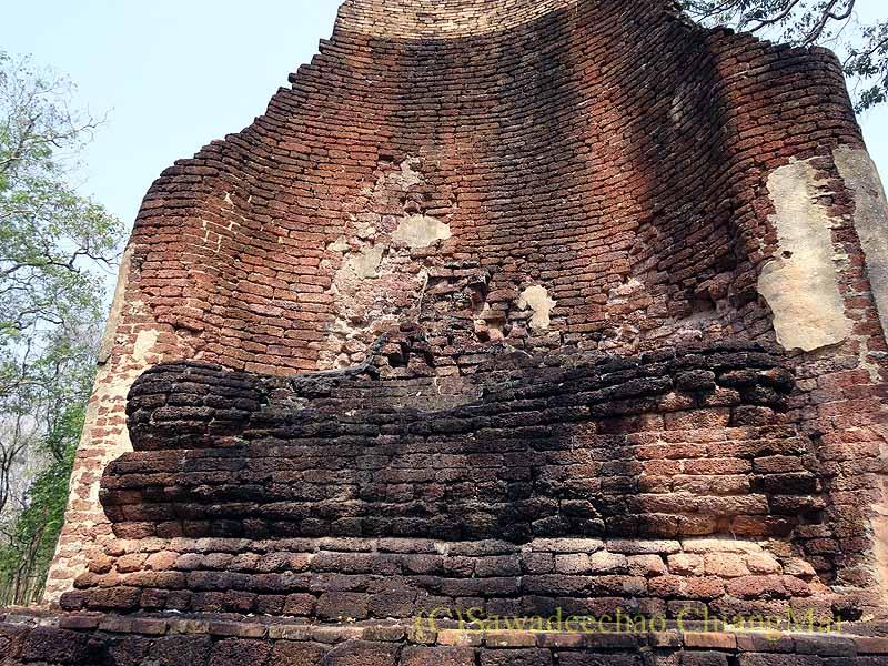 タイのカムペーンペット遺跡群のワットプラシーイリヤーボットの座像