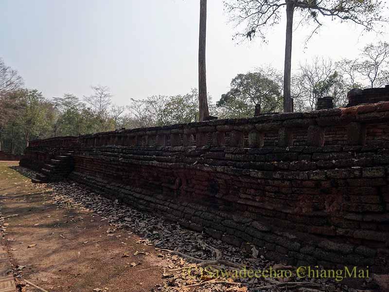 タイのカムペーンペット遺跡群のワットプラシーイリヤーボットの本堂の基壇