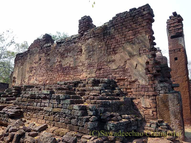 タイのカムペーンペット遺跡群のワットプラノーンの本堂の壁