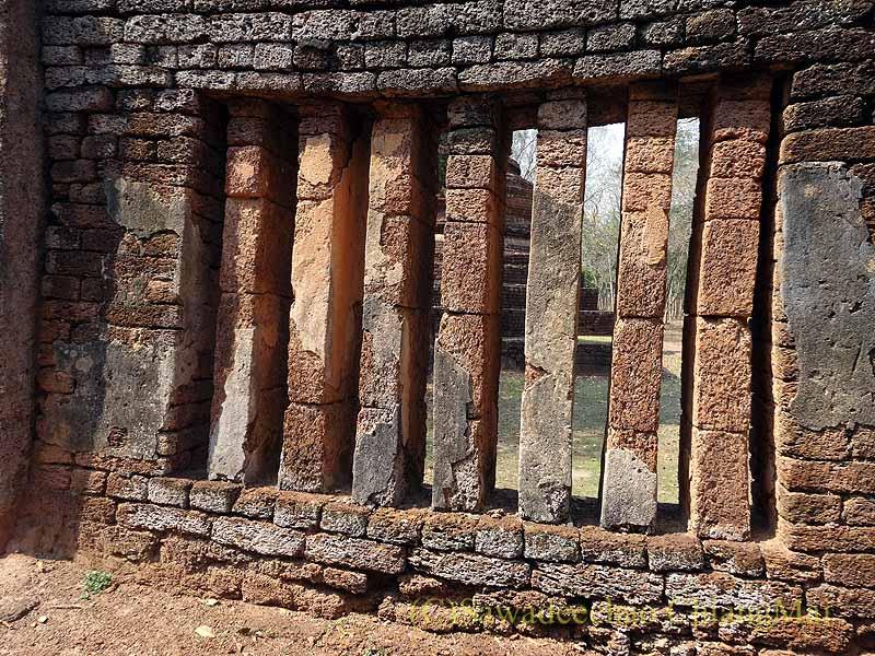 タイのカムペーンペット遺跡群のワットプラノーンの本堂の窓