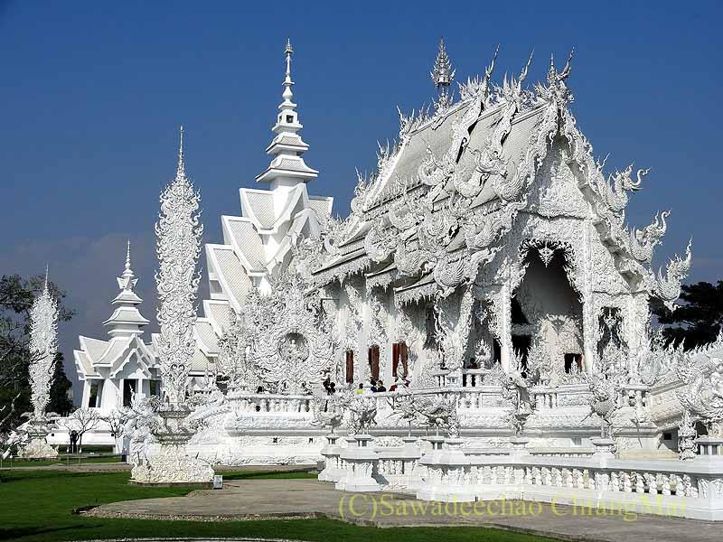 チェンラーイにある白亜の寺院ワットローンクン