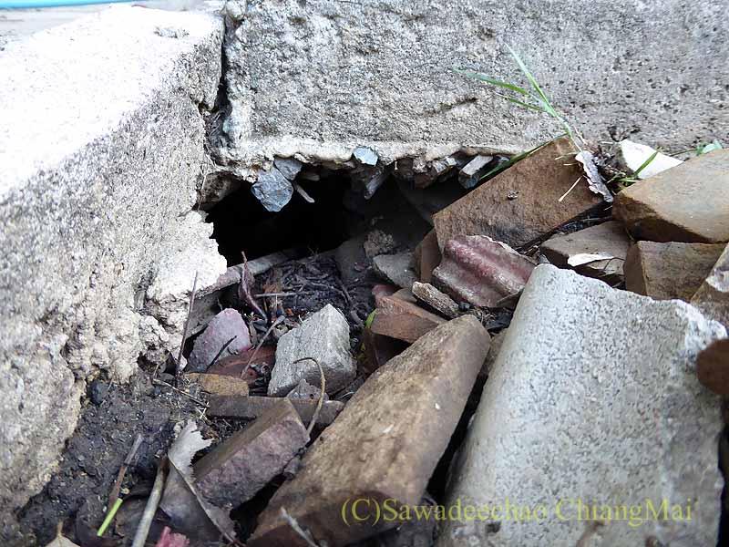 チェンマイの自宅の庭の下水枡の穴