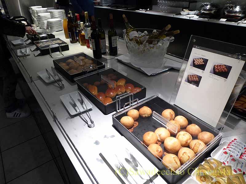 成田空港第1ターミナルのANAラウンジのパンコーナー