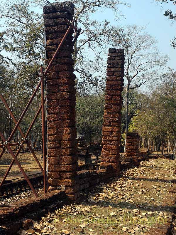 タイのカムペーンペット遺跡群のワットシンの本堂の柱