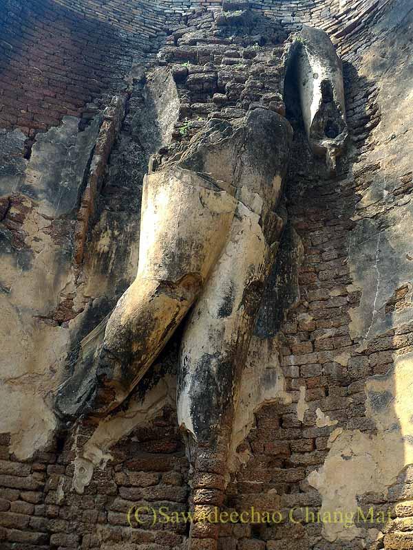 タイのカムペーンペット遺跡群のワットプラシーイリヤーボットの遊行像
