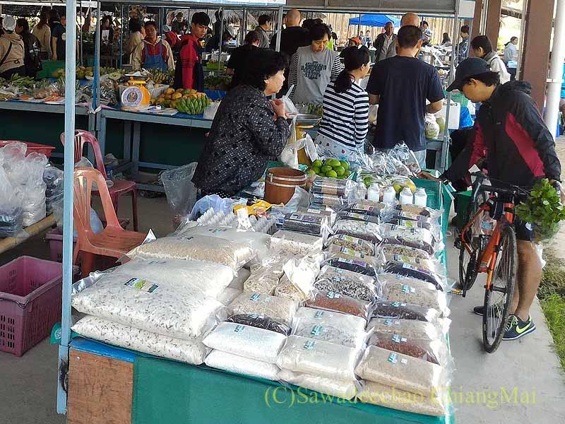 チェンマイ大学農学部の土曜安全食品定期市