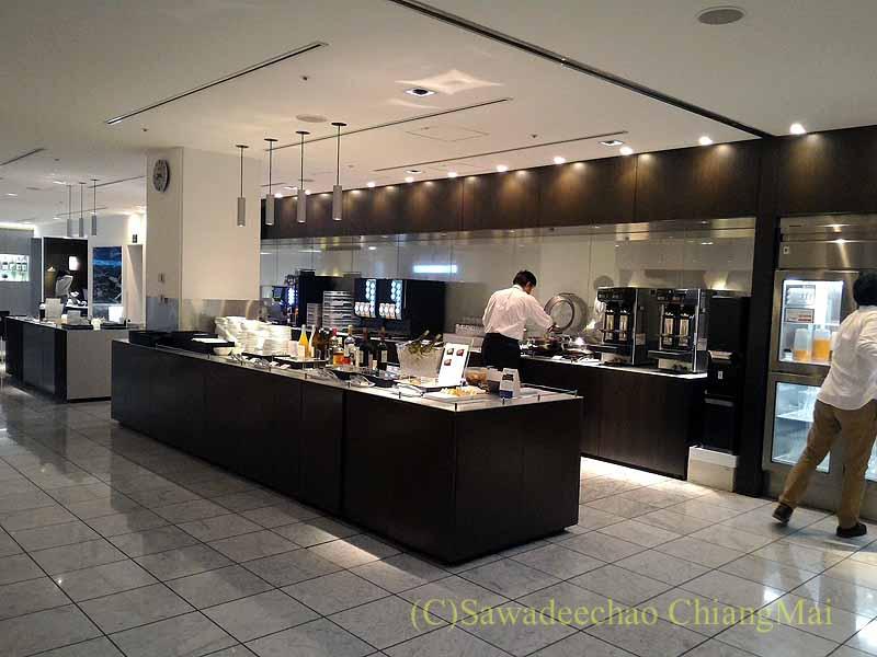 成田空港第1ターミナルのANAラウンジの飲食物コーナー概観