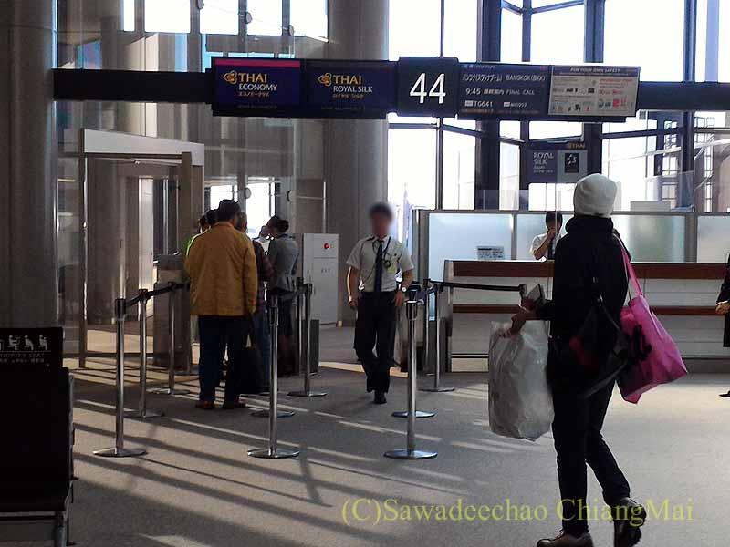 成田空港のタイ国際航空TG641便の搭乗風景