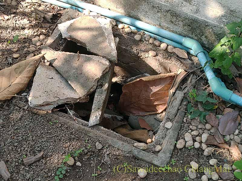 チェンマイの自宅の砕けた排水溝のふた