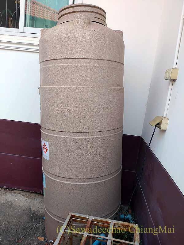 チェンマイの自宅の傾いた貯水タンク