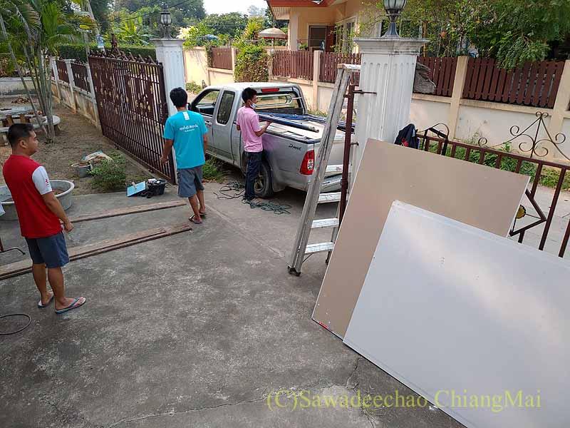 チェンマイの自宅の軒の修繕工事の準備