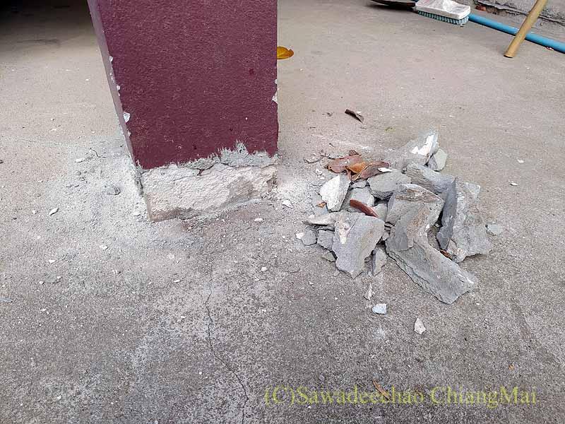 チェンマイの自宅の浮き上がったガレージの柱の修復