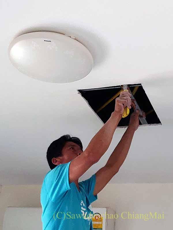 チェンマイの自宅の天井の石膏ボードの切り取り