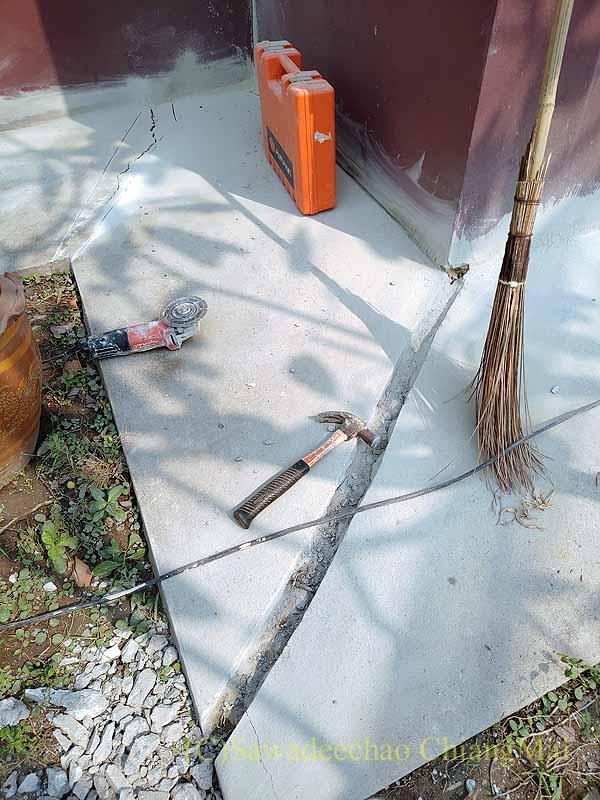 チェンマイの自宅のひび割れたコンクリートの溝