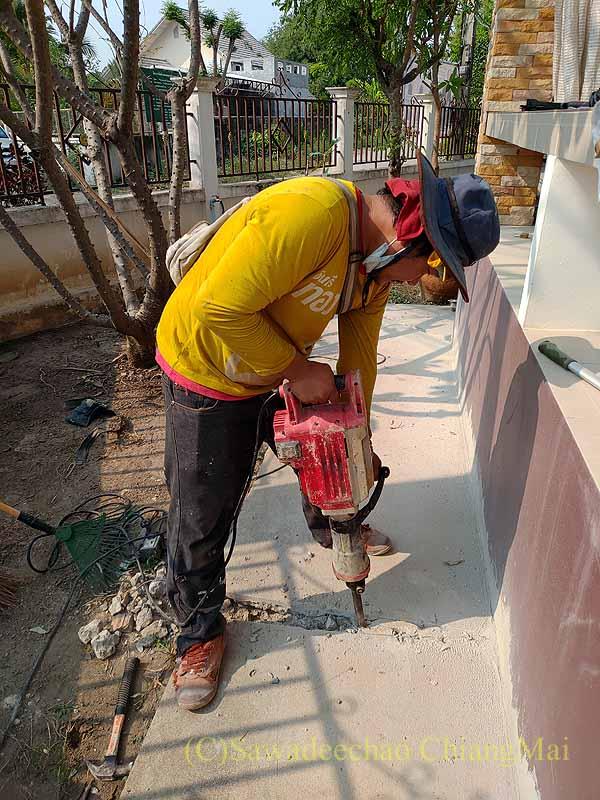 チェンマイの自宅のひび割れたコンクリートの破砕