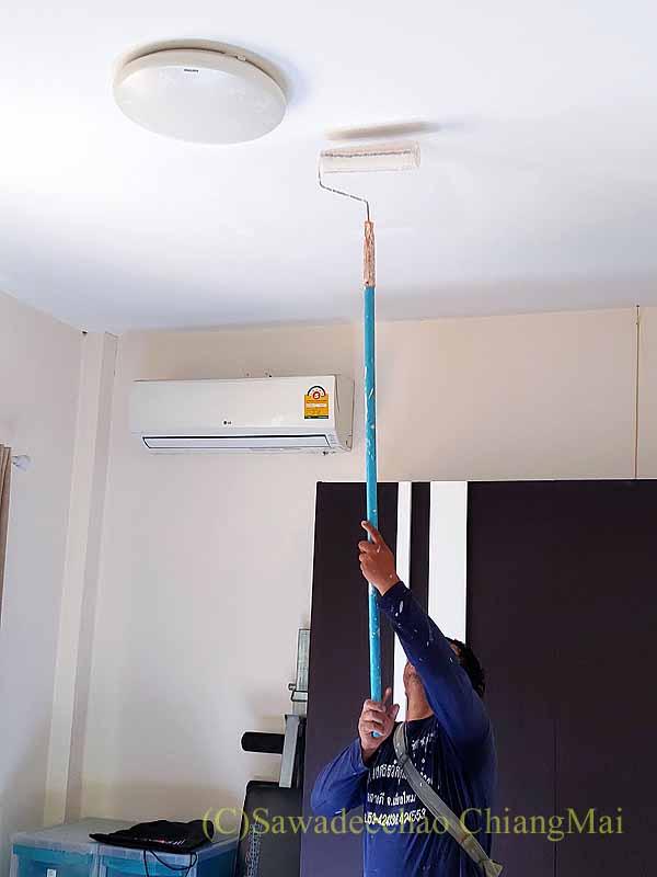 チェンマイの自宅の天井の石膏ボードの交換作業