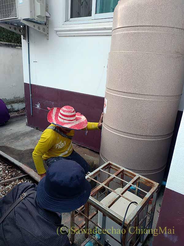 チェンマイの自宅の貯水タンクの修繕作業