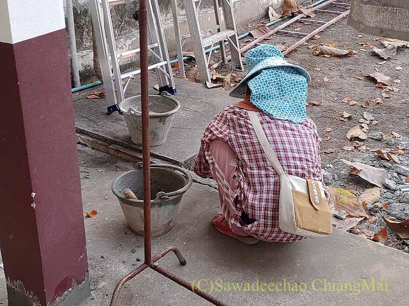 チェンマイの自宅のひび割れた下水槽の修復