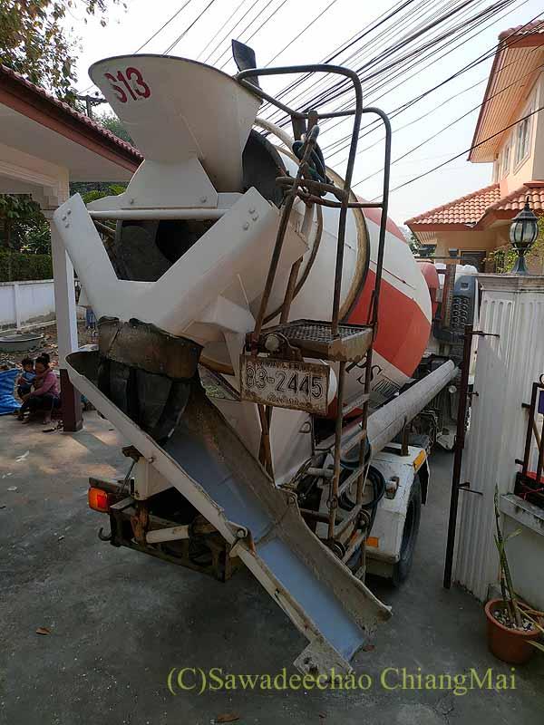 チェンマイの自宅のガレージに入って来たコンクリートミキサー車